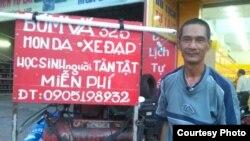 Điểm sửa xe của anh Trần Viết Hùng, miễn phí cho các khách hàng là học sinh và người tàn tật.