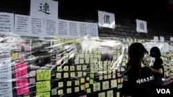 """8月22日香港中學生罷課集會場地設有""""連儂牆""""讓各界人士貼上心聲留言。(美國之音 湯惠芸拍攝)"""