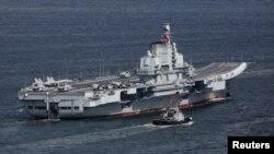 """中国第一艘航空母舰""""辽宁号""""2017年7月7日早晨抵达香港。"""