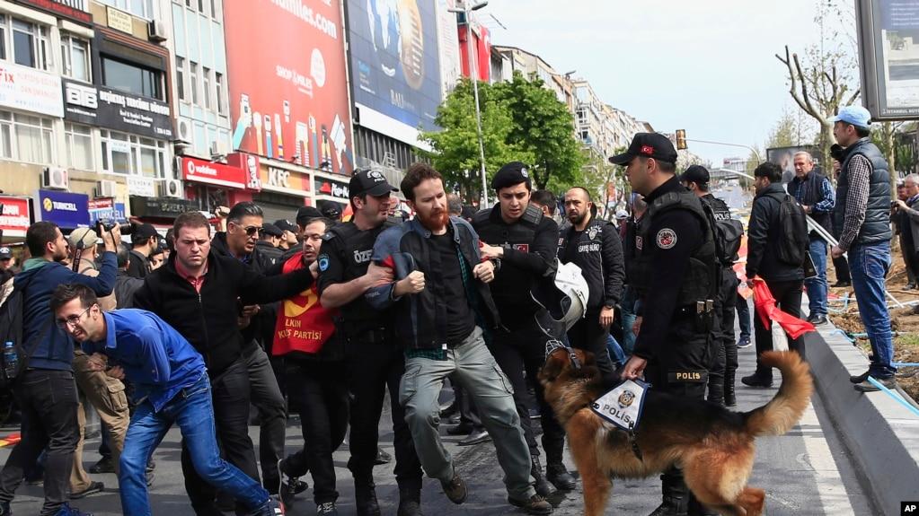 Cảnh sát bắt giữ người biểu tình ngày Quốc tế Lao động ở thủ đô Istanbul, Thổ Nhĩ Kỳ, ngày 1/5/2017.