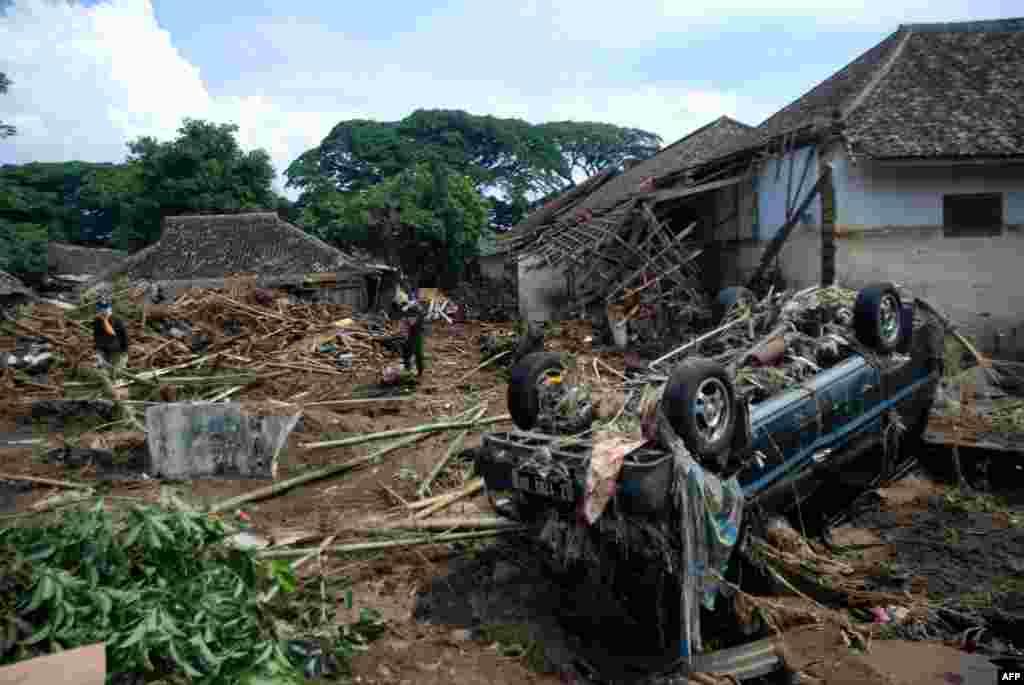 استان جاوا غربی در اندونزی؛ یک روز پس از ریزش کوه و سیل غافلگیر کننده. تیمهای نجات دنبال قربانی مفقود شده در رودخانه سیمانوک می گردند.