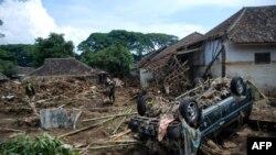 Tim penyelamat mencari korban yang hilang di tepi Sungai Cimanuk di Kabupaten Garut, Jawa Barat pada tanggal 22 September 2016, sehari setelah terjadinya serangkaian tanah longsor dan banjir bandang di beberapa daerah. (foto: AFP Photo/Timur Matahari)