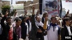 Demonstran anti pemerintah mengacungkan tanda kemenangan, dalam unjuk rasa menuntut mundurnya Presiden Ali Abdullah Saleh di Sanaa (9/10).