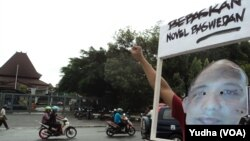 Aksi unjuk rasa di depan balai kota Solo, 2 Mei 2015 (Foto: VOA/Yudha)