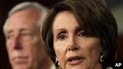 图为美国国会众院少数党领袖佩洛西和民主党党鞭霍耶议员12月16日在国会山举行的记者会上。