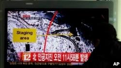 북한이 핵실험을 강행한 지난달 12일, 한국 서울역에서 행인들이 북한에서 인공지진이 발생했다는 뉴스를 지켜보고 있다.