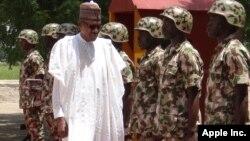 Le president Muhammadu Buhari passe les troupes en revue à Maiduguri, Nigeria, 1er octobre 2017.