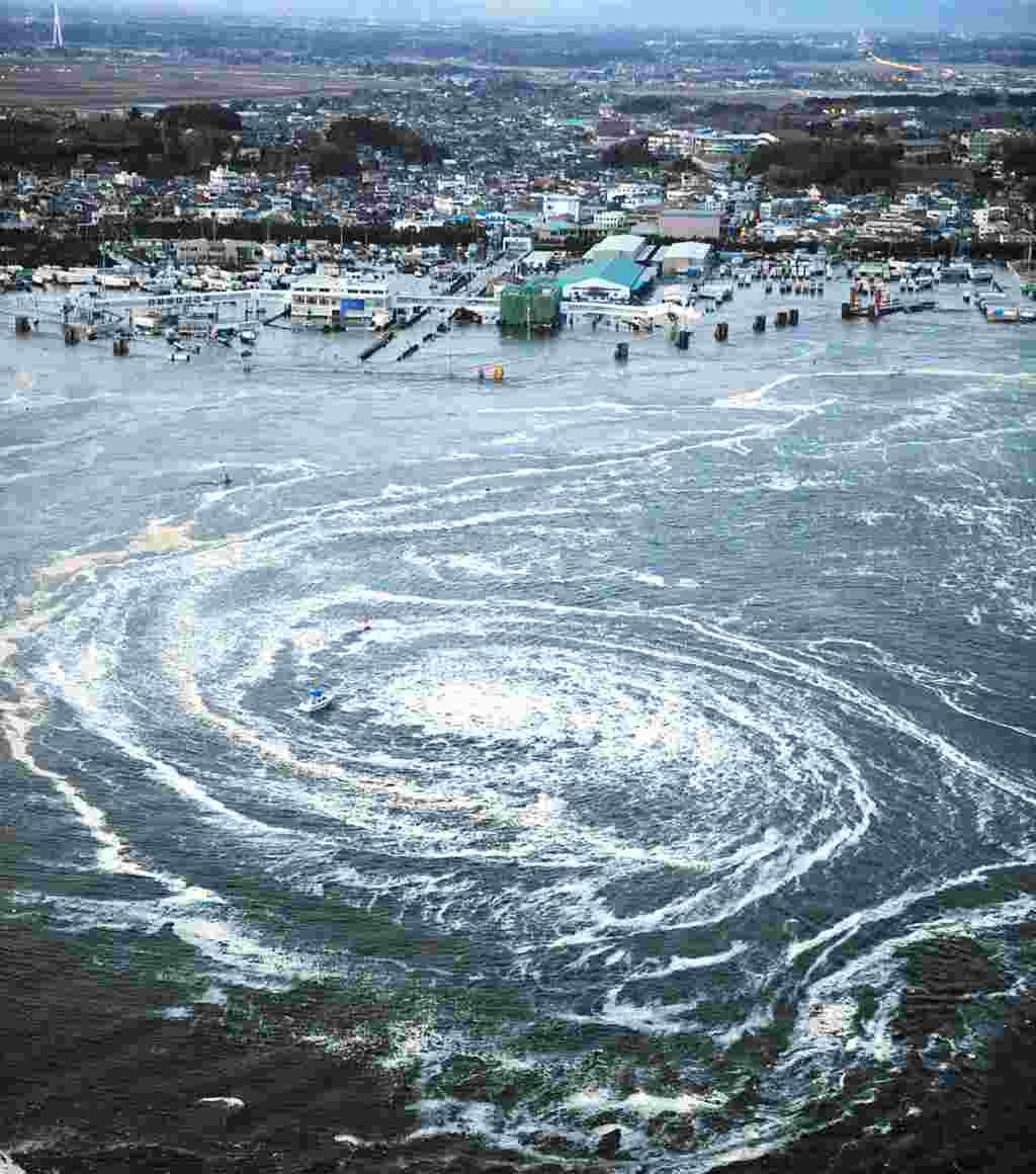 يک گرداب در نزديکی شهر اوآرای، در استان ايبارکی، در شمال شرقی ژاپن در 11 مارس 2011، روزی که زمين لرزه ای به قدرت 9 درجه ريشتر به منطقه حمله کرد و سونامی عظيمی براه انداخت. (Reuters)