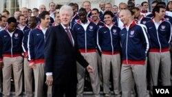 Mantan Presiden AS, Bill Clinton bergurau dengan salah seorang anggota tim Piala Dunia Amerika di Gedung Putih, Mei 2010.