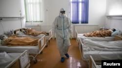 Arhiva - Zdravstveni radnik među obolelima od koronavirusa, u Zemunskoj bolnici, 26. novembra 2020. (Foto: Rojters, Marko Đurica)
