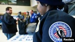 미국 뉴저지주 시코커스 기차역에서 교통보안청 요원들이 승객들의 짐을 검사하고 있다. (자료사진)