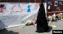 一位女士走过伦敦芬斯伯里公园清真寺外的恐袭现场。