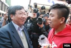歡迎大陸自由行的愛港之聲主席高達斌(左)與反自由行網民短暫對話,引起抗議人士不滿