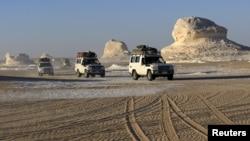 지난 5월 4륜구동 차량들이 이집스 서부 사막 지역을 지나고 있다. (자료사진)
