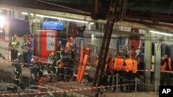 Nhân viên cứu hộ tại hiện trường vụ tai nạn xe lửa ở Bretigny sur Orge, phía nam Paris, 13/7/2013