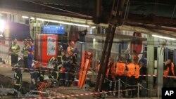Petugas penyelamat di Perancis berada di lokasi kecelakaan kereta di stasiun Bretigny sur Orge, selatan Paris (13/7).