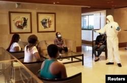 레바논 수도 베이루트에서 코로나 방역 규정에 대해 설명을 듣는 아프리카 출신 이민자들 (자료사진)