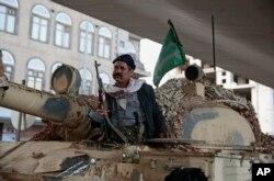 Seorang kombatan Houthi mengendarai tank sambil menjaga jalan menuju kediaman mantan presiden Yaman, Ali Abdullah Saleh, yang dibunuh oleh pemberontak Shiah, 4 Desember 2017. (Foto: AP)