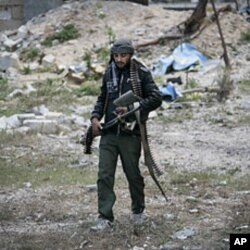 一名利比亚反政府战斗人员携重机枪参战