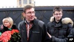Юрия Луценко (в центре) на выходе из тюрьмы встречают жена и сын. Украина. 7 апреля 2013 г.
