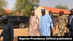 Shugaba Buhari a lokacin ziyarar da ya kai Dapchi