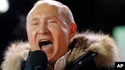 俄羅斯總統在莫斯科的一個集會上向支持者講話