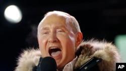 លោកប្រធានាធិបតីរុស្ស៊ី Vladimir Putin ថ្លែងទៅកាន់អ្នកគាំទ្រនៅក្នុងការប្រមូលផ្តុំមួយនៅក្បែរវិមានក្រឹមឡាំង ក្នុងក្រុងមូស្គូ កាលពីថ្ងៃទី១៨ ខែមីនា ឆ្នាំ២០១៨។