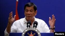 Trong 5 tháng đầu nhậm chức, ông Duterte đã đảo ngược chính sách ngoại giao của Philippines: rời xa Mỹ, xích lại gần với Trung Quốc, và theo đuổi một liên minh mới với Nga.