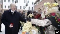 白俄罗斯总统卢卡申科(左)