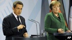 法国总统萨科齐(左)和德国总理默克尔10月9日在柏林向媒体发表讲话