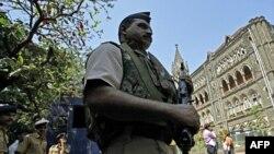 Cảnh sát Ấn được điều động giữ an ninh bên ngoài tòa án trước khi tòa htuyên án Kasab