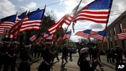Para anggota Angkatan Laut Amerika (ROTC) membawa bendera kebangsaan dalam parade peringatan Hari Veteran di Media, Philladelphia (Foto: dok).