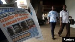 Des Ivoriens passent devant Le Nouveau Courrier, qui a, à sa Une, une photographie de Simone Gbagbo, à Abidjan, le 10 mars 2015.