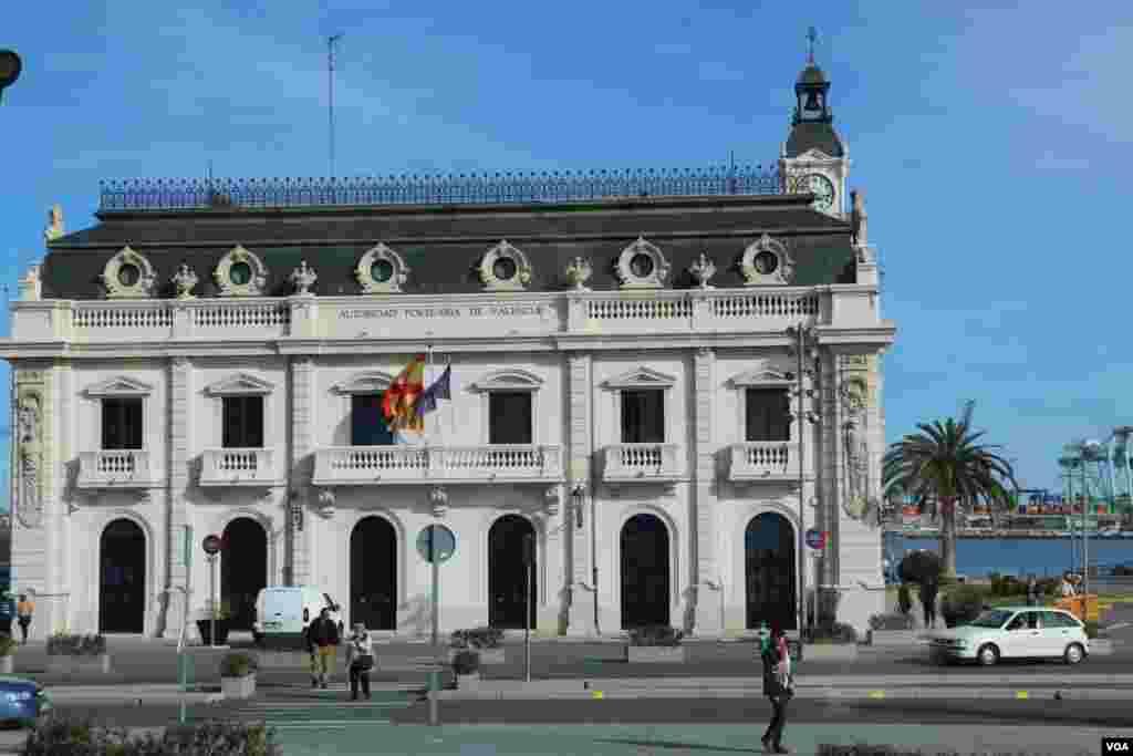 ساختمانی در کنار ساحل «مالوا روسا»، معروفترین ساحل این شهر