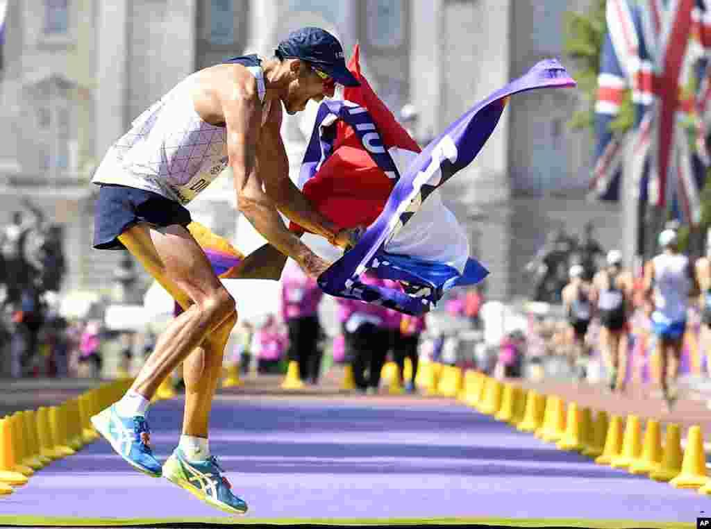 កីឡាករ Yohann Diniz មកពីបារាំងសប្បាយចិត្តបន្ទាប់ពីរត់កាត់ខ្សែចុងក្រោយ ដើម្បីទទួលបានមេដាយរត់ប្រណាំងក្នុងការប្រកួតដណ្តើមពានរង្វាន់ World Athletics Championships ក្នុងក្រុងឡុងដ៍។