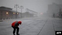 Phóng viên NBC Peter Alexander cố gắng tường trình từ Coney Island ở New York trong lúc bão Irene gia tăng cường độ ngày Chủ nhật 28/8/2011