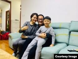 2020年4月27日,中国人权律师王全璋从山东济南返回北京家中与妻子李文足和7岁儿子泉泉团圆。这是他近五年中首次与妻儿亲近相依。(图片由王峭岭拍摄提供)