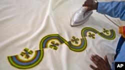 La keniana Alice Ngundi, plancha una de las tres casullas que usará el papa Francisco durante su visita a Kenia. La vestidura fue cosida por el Proyecto Dolly Craft Sewing y el Grupo de Mujeres del barrio pobre de Kangemi, en Nairobi. Nov. 17 de 2015.