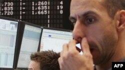 Các nhà giao dịch theo dõi thị trường chứng khoán Frankfurt, Đức, Thứ Hai, 12/9/2011, khi chỉ số DAX xuống dưới 5000 điểm
