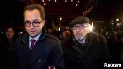 12月21日霍多尔科夫斯基的父亲(右)来到霍多尔科夫斯基在柏林下榻的旅店。