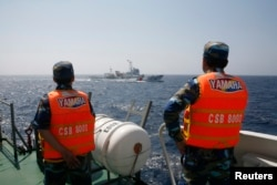 Cảnh sát biển Việt Nam theo dõi một tàu Trung Quốc ngoài khơi Biển Đông.