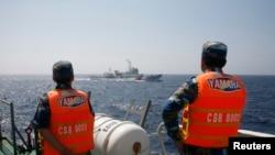 Lực lượng cảnh sát biển Việt Nam theo dõi các tàu của Trung Quốc ở Biển Ðông.