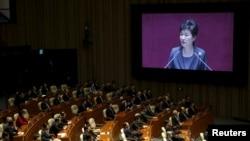 박근혜 한국 대통령이 27일 국회에서 시정연설을 하고 있다.