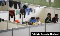 Berlin'de hizmetten çıkarılan Tempelhof Havaalanı'nın hangarlarından birine sığınmacılar için kurulmuş geçici barınaklar.