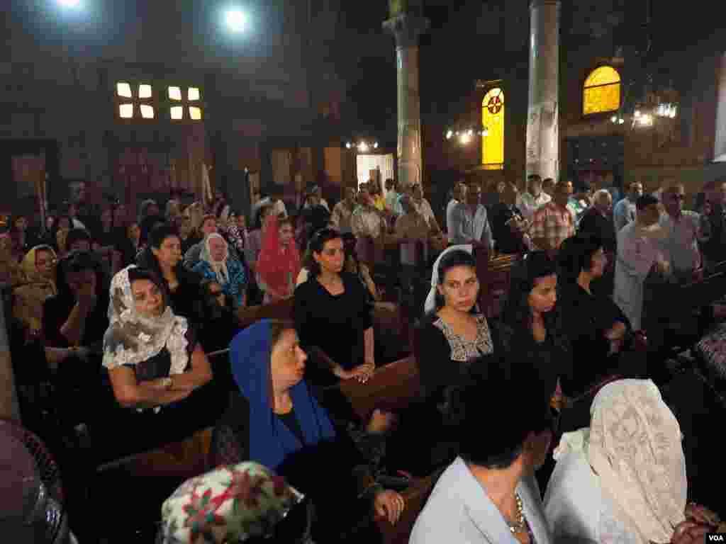 Jemaat yang berduka di Gereja Kristen Koptik Potrosia di Abassya, Kairo, Mesir (22/5). (VOA/Hamada Elrasam)