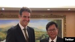 澳大利亞駐台北辦事處代表高戈銳(Gary Cowan)和桃園市長鄭文燦。(高戈銳的推特)