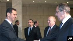 ປະທານາທິບໍດີ Bashar al-Assad, ແຫ່ງຊີເຣຍ ຈັບມືກັບ ລັດຖະມົນຕີ ຕ່າງປະເທດຣັດເຊຍ ທ່ານ Sergei Lavrov ທີ່ກຸງດາມັສກັສ. ວັນທີ 7 ກຸມພາ 2012.