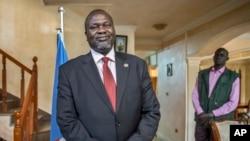 Lãnh đạo phiến quân Nam Sudan Riek Machar chụp ảnh trong buổi phỏng vấn của hãng tin AP về tình hình ở Nam Sudan.