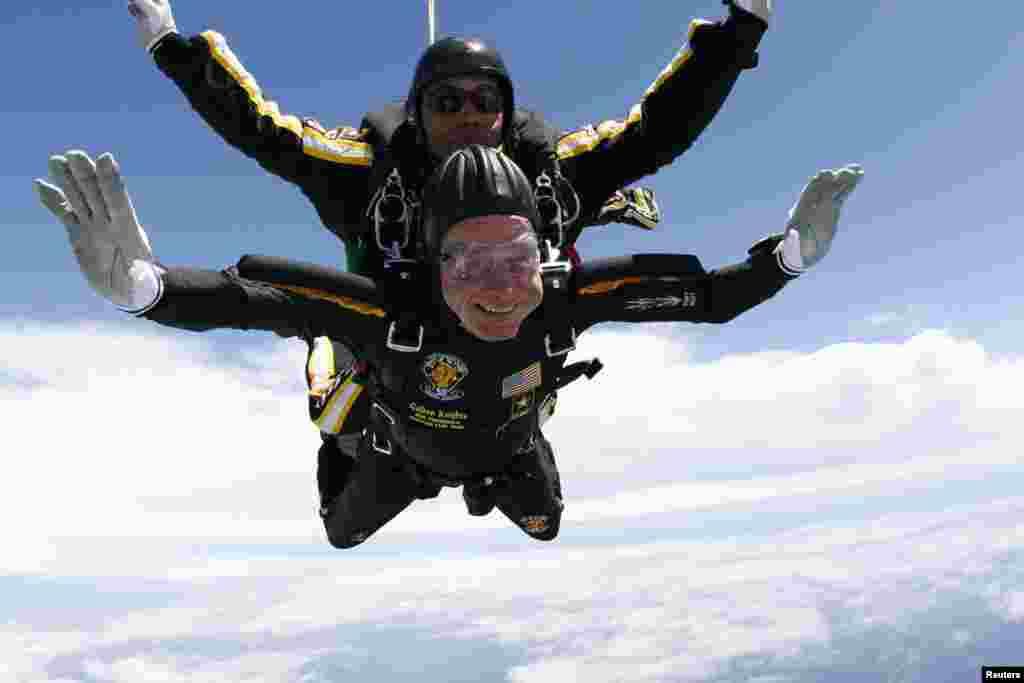 پرزیدنت جورج هربرت واکر بوش به مناسبت جشن تولد ۸۵ سالگی خود به همراه یکی از اعضای تیم چتربازی ویژه ارتش به نام شوالیه های طلایی از هواپیما پرید.