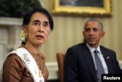 ທີ່ປຶກສາປະເທດ ທ່ານນາງ Aung San Suu Kyi ພົບປະກັບ ປະທານາທິບໍດີ ສະຫະລັດ ທ່ານ Barack Obama ທີ່ຫ້ອງການທຳນຽບຂາວ.